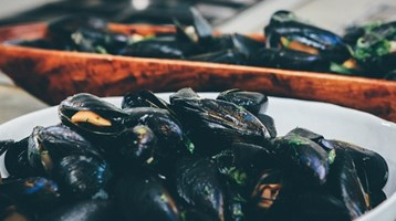 bowl of cooked mussels